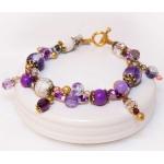 Gylden armbånd med lilla perler, hvite lavaperler og stardust perler