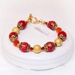 Armbånd med rode og gylne perler