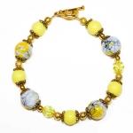 Gylden armbånd med gule og hvite perler