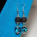 Øredobber med svarte lavaperler, og blå lampwork glassperler