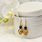 Gylden øredobber med brune stein og svarte perler