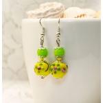 Sølv øredobber med grønne og gule lampwork-perler med blomster
