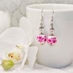 Sølv øredobber med rosa blomster og hvit porselen perler