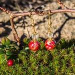 Gylden øredobber med røde og hvite perler