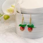 Øredobber med røde perler og grønn bånd