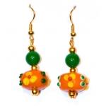 Oransje øredobber med grønne og lampwork-perler