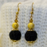 Gylden øredobber med svarte heklede perler