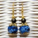 Gylden øredobber med blå og svarte heklede perler