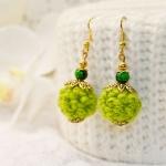Gylden øredobber med grønne heklede perler