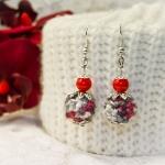 Sølv øredobber med grå heklede perler og rød bånd