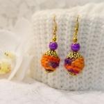 Gylden øredobber med oransje og lille heklede perler