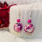 Sølv øredobber med lilla og rosa heklede perler