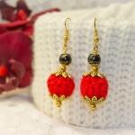 Gylden øredobber med røde heklede og svarte perler