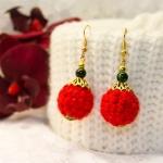 Gylden øredobber med røde heklede og grønne perler