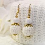 Gylden øredobber med lavaperle og hvite heklede perler