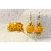 Gylden øredobber med gule heklede og svarte perler