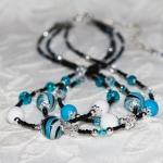 Tre rader halssmykker med turkis lampwork-perler og krystall perler