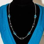Halssmykker med svarte lavaperler, og blå lampwork glassperler