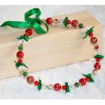 Halssmykker med røde perler og grønn bånd