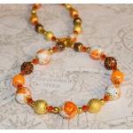 Oransje halssmykke med brun shamballa og gylne perler