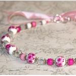 Sølv halssmykke med rosa blomster og hvit porselen perler