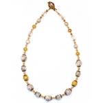 Gylden halssmykke med hvite perler