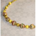 Halssmykke med gule og gylden stardust perler