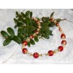 Gylden halssmykker med røde og hvite perler