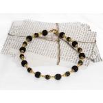 Gylden halssmykker med svarte heklede perler