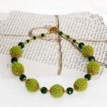 Gylden halssmykker med grønne heklede perler