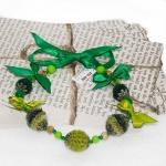 Sølv halssmykker med grønne heklede perler og bånd
