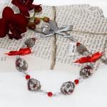 Sølv halssmykker med grå heklede perler og rød bånd