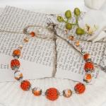 Sølv halssmykker med oransje heklede og hvite perler