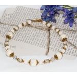 Gylden halssmykker med shamballa, lavaperle og hvite heklede perler